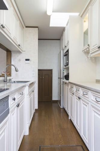 狭いキッチンも奥行きのある空間