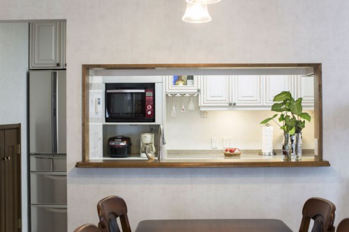 I 型対面式キッチンとバックハッチ
