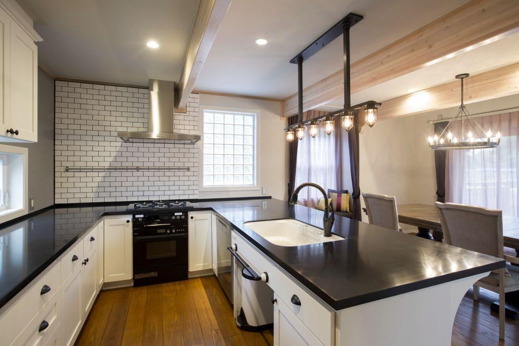 可能な限りのオープン空間と、コの字型の独立性を両立したキッチン