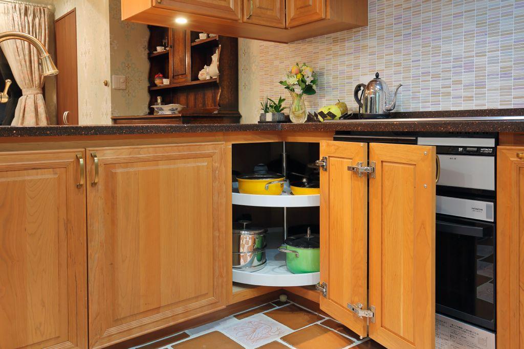 回転して物が取り出せるターンテーブルを採用。無駄のない機能的なキッチンを実現している、M様お気に入りのスペース。