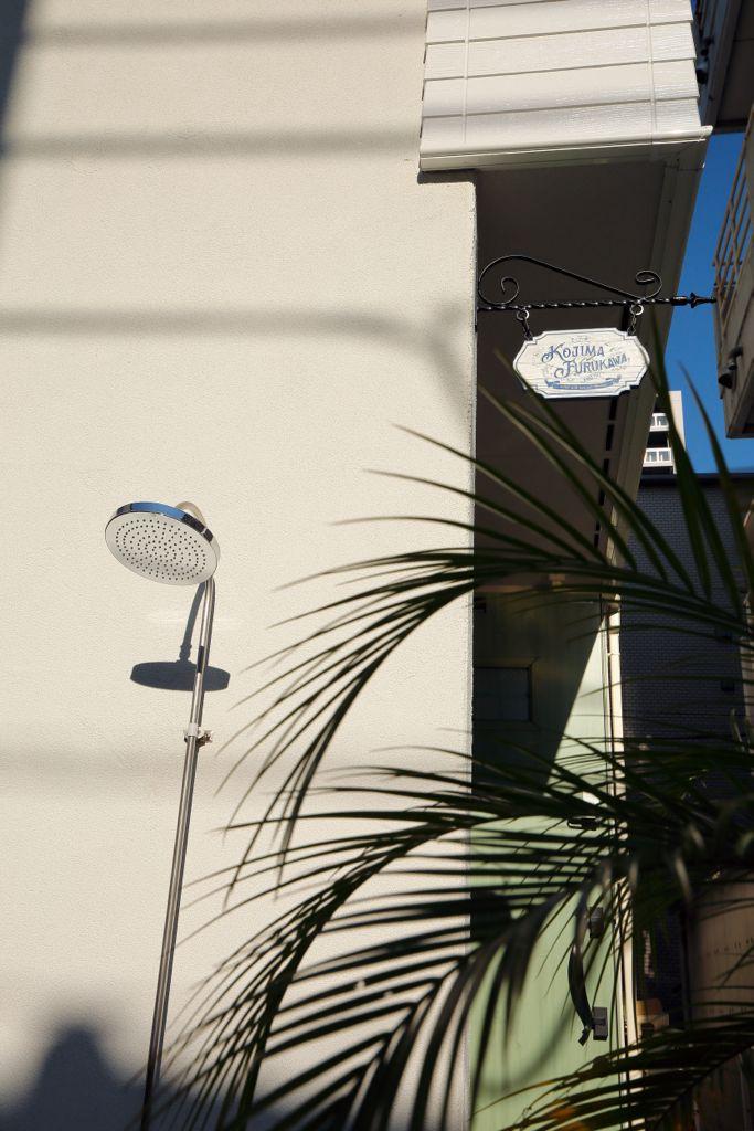 屋外につけたシャワーなど、こだわりの演出で「ビーチコテージ」の雰囲気に。