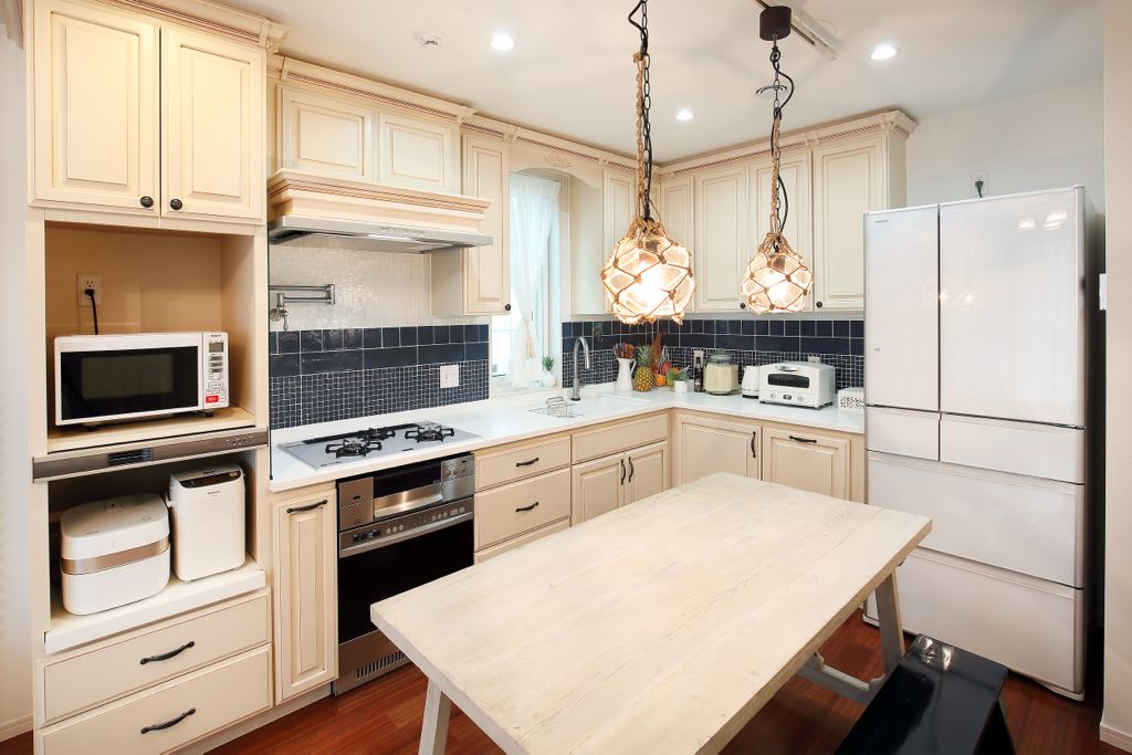 動線を考えて設計されたキッチンは、使いやすさと美しさを兼ね備えたキャビネットの配置やモールディングがポイント。ひとつだけが主張するのではなく全体で調和がとれたデザインが、家具としての雰囲気を醸し出す。