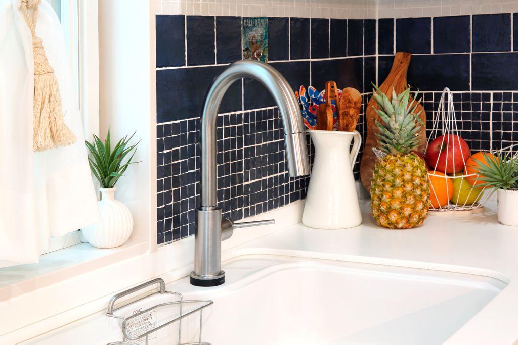 両⼿がふさがっている時や⼿が汚れている時にも便利な、軽く触れるだけで⽔が出るデルタのタッチ⽔栓。⽔を⽌める時にも軽くタッチするだけなので節⽔にも効果的。このような「⼩さな使いやすさ」の積み重ねが使いやすいキッチンにつながる。