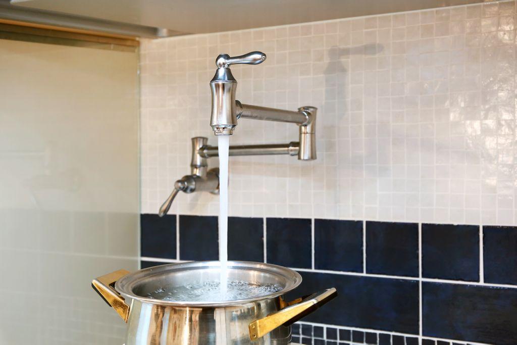 コンロの上につけた鍋に⽔を⼊れるための⽔栓(WallMountPotFillerFaucet-Traditional)。パスタなどを茹でる時に重い⼤鍋を運ぶ⼿間も省ける。フライパンに⽔を⼊れても⽔はねはほとんどないのだとか。