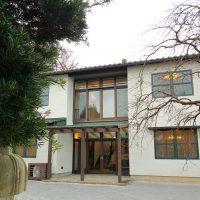 テーマカラーは漆喰の白・木の茶色・そして屋根瓦のグリーン