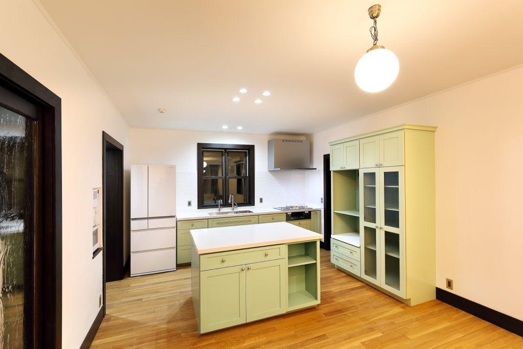 スッキリとしたデザインと若草色の Provence Pear(プロバンスペアー)の組み合わせは落ち着いた雰囲気のキッチンに