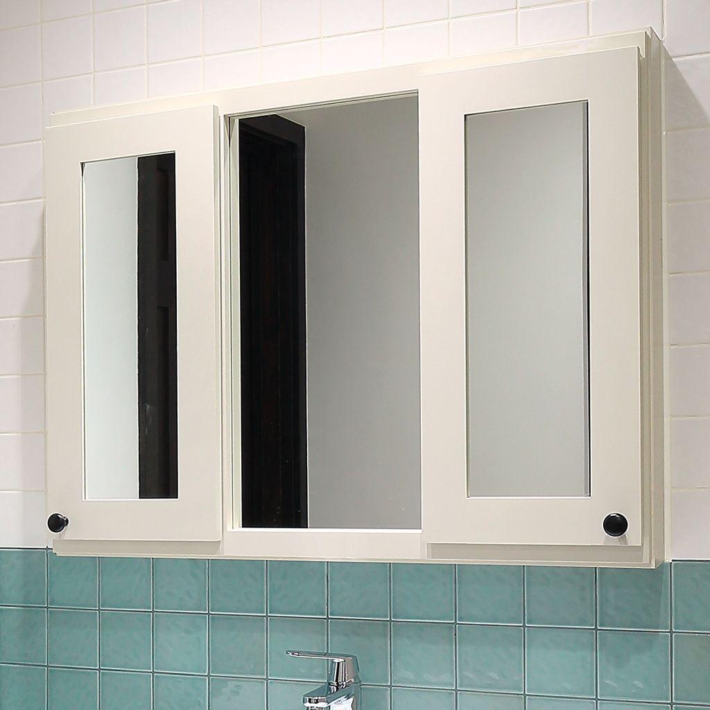 直線的な三面鏡はスッキリとしていてモダンな印象