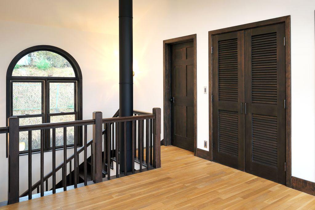 キッチンや洗面所以外にも窓枠やドア、階段などの建材も本場アメリカのものをカスタマイズしながら理想の家を実現されています。