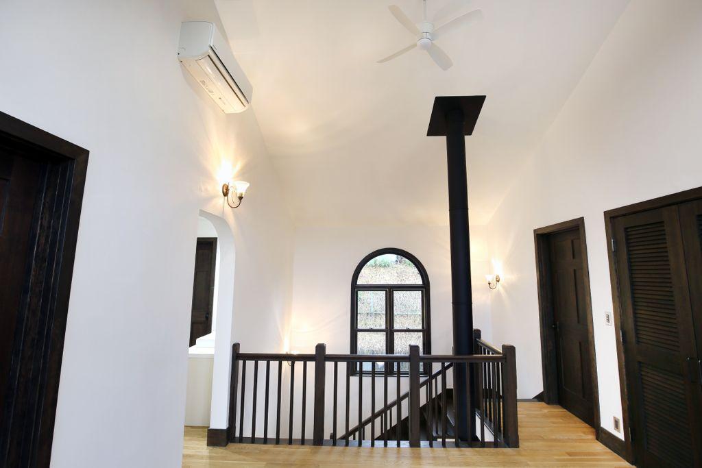 真ん中に見える黒い柱状のものは薪ストーブの煙突。部屋にはエアコンも付いていますが、薪ストーブは災害があったときのことも想定して設置しました。