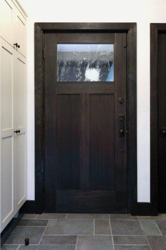 玄関ドアは SIMPSON 社製の木製の屋外用ドア。色はドアの色からドアノブや鍵穴といった、パーツ全てを同じトーンで揃えています。