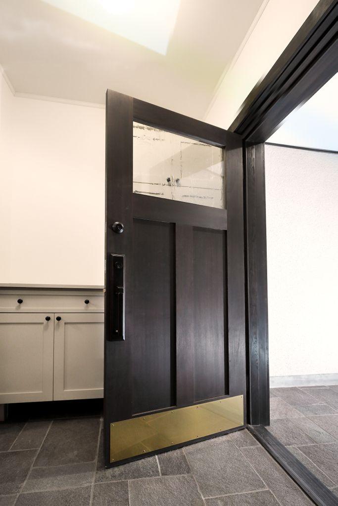 家の外側に屋根があることと、玄関のスペースを広くとれることで、内開きのドアを採用。