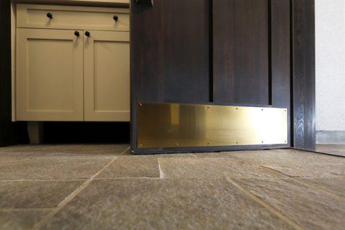 ドアの外側には足で蹴ってもドアを傷つけないように、キックパネルが付いています。 これも内開きのドアならでは。