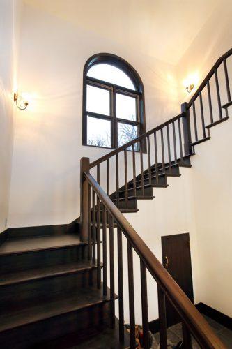 家の中心に位置する、折り返し階段とアーチ状の窓がポイントになって、レトロな洋館の雰囲気がたっぷりです。