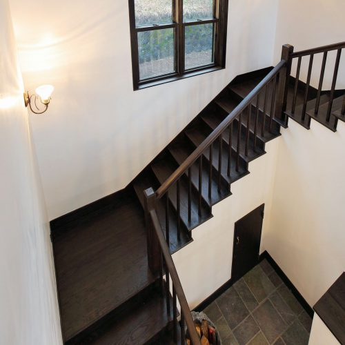 奇数の段数と歩幅を考えた段割は、元々ある LJ SMITH の階段建材を、ご希望に合わせて、設計・カット。 また手すりの位置も、つかまりやいようにカットしてちょうど良い高さに。