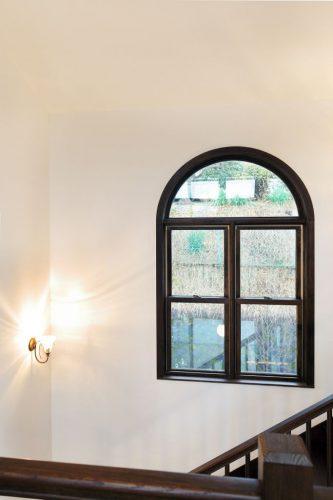 上の部分がアーチ状になった窓は駒井家住宅でもよく使われているデザイン。 家の中心となる吹抜け部分の 壁に一つだけ使用され、印象的に。