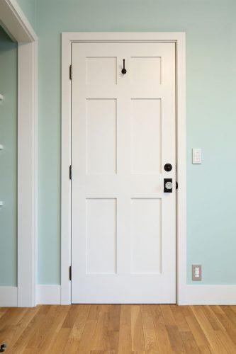 同じ扉でも外側はその他の部屋と同じ木ですが、内側の奥様のお部屋は、白くペイントしています。