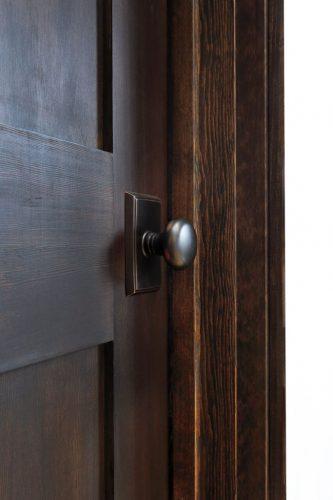 同じデザインのドアでも、ドアノブやフックなどのパーツはバリエーションがあります。統一感を保ちながら、どこか少し違う、遊び心も伺えます。