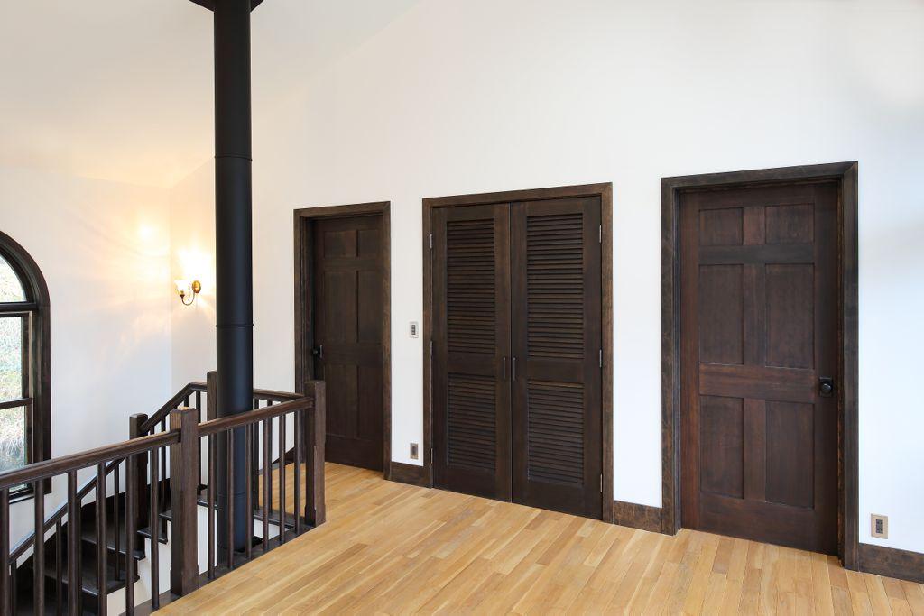 物置やクローゼットのドアも SIMPSON 社製です。大きさやデザインは違っても、真ん中に同じような帯があるところで統一感があります。
