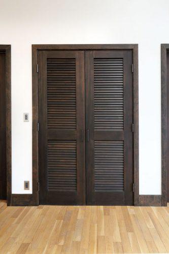 室内の納戸やクローゼットはルーバー付きのドアで風通し良く。こちらも真ん中に帯のあるデザイン。