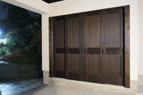 納戸と同じデザインの折り戸は耐候性のある塗料を使っています
